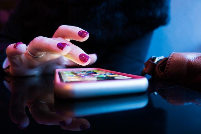 Android・iPhoneのブルーライトカットの設定方法