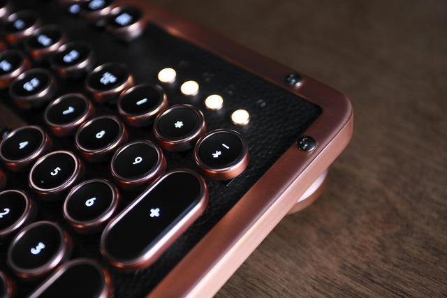 天然素材を使用したPC向けハイエンドキーボード「Azio Retro Classic」がカッコよすぎる!