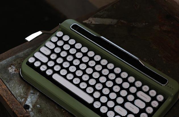 タイプライター風キーボード 「PENNA」でレトロな気分を味わおう